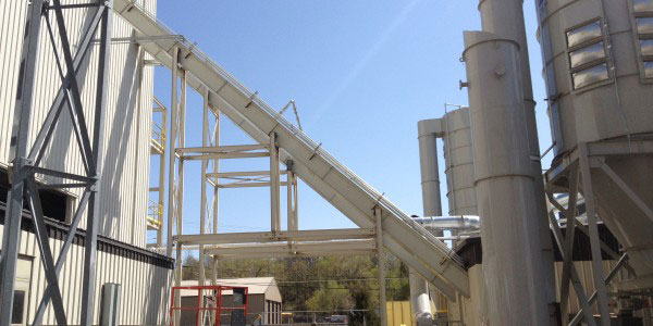 CDM Systems En-Masse Drag Chain Conveyor on L-Path Installation